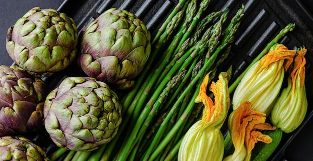 ベジタリアン料理のコンセプトです。暗い背景に新鮮な緑の野菜。