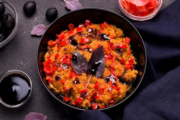 Концепция вегетарианской пищи. соевое мясо с овощами и базиликом на черном фоне.