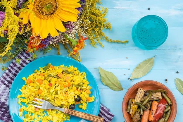ベジタリアン料理ピラフと秋の花の種の花束とコーンサラダドリンク上面図