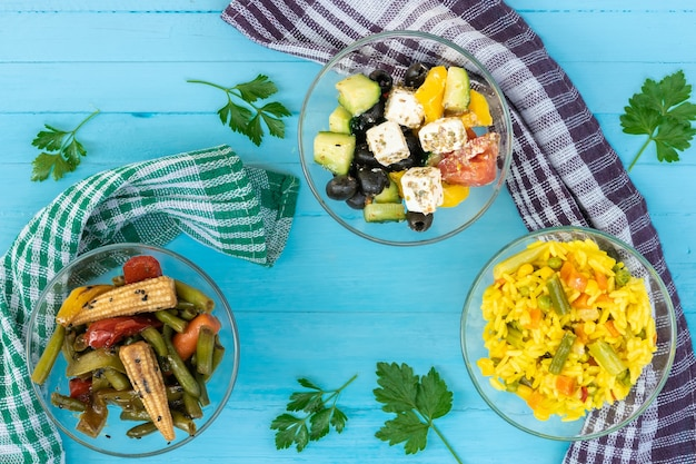 ベジタリアン料理のピラフとコーンサラダフェタチーズのギリシャ風サラダシード付きトップビュー