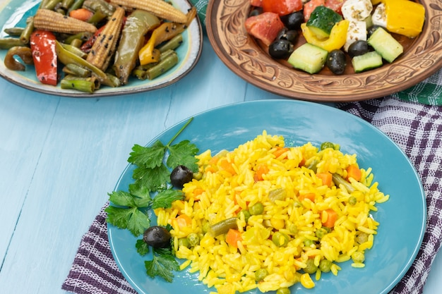 ベジタリアン料理のピラフとサラダギリシャ風サラダ、フェタチーズドリンク、シードセレクティブフォーカス