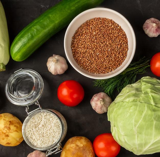 そばと野菜のトップビューでベジタリアンの生鮮食品