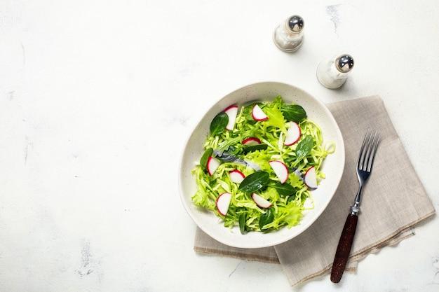 ベジタリアンの新鮮なグリーンサラダ。健康食品、ダイエットランチ。上面図。