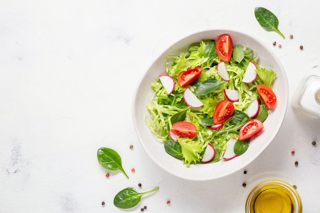 ベジタリアンの新鮮なサラダ。健康食品、ダイエットランチ。白い背景の上面図。