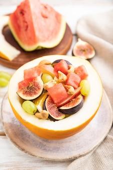 スイカ、ブドウ、イチジク、洋ナシ、オレンジ、カシューナッツのベジタリアンフルーツサラダ