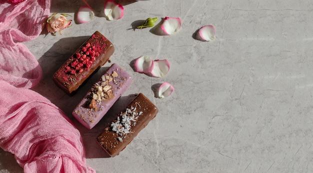 Вегетарианский сыр глазированный на розовом фоне, десерт для детей-веганов