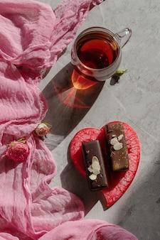 Вегетарианский глазированный шоколадный сыр на розовом фоне, десерт для детей-веганов