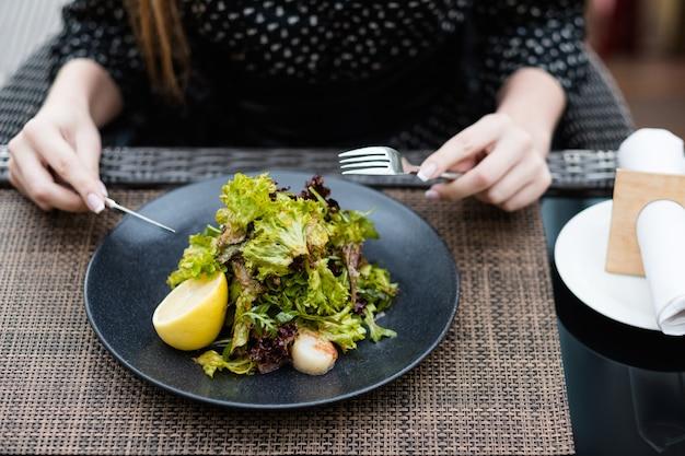 Вегетарианский салат из зелени. сбалансированный образ жизни при приеме пищи. органическое питание для фитнеса