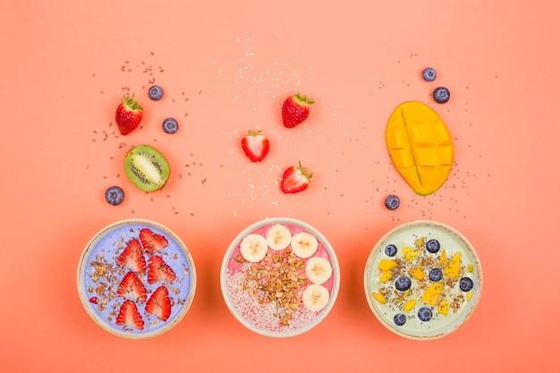 성냥과 열매가있는 다색 스무디로 만든 채식 건강 식품