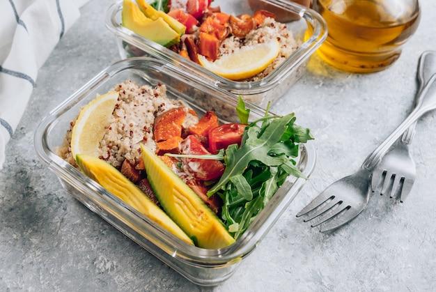 Вегетарианское приготовление здоровой еды в контейнерах