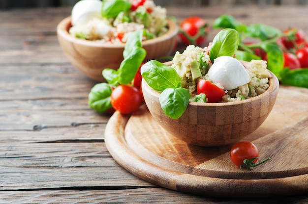 Вегетарианский полезный салат с киноа, помидорами и авокадо