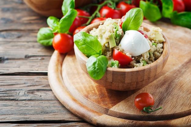 Вегетарианский здоровый салат с киноа, помидорами и авокадо
