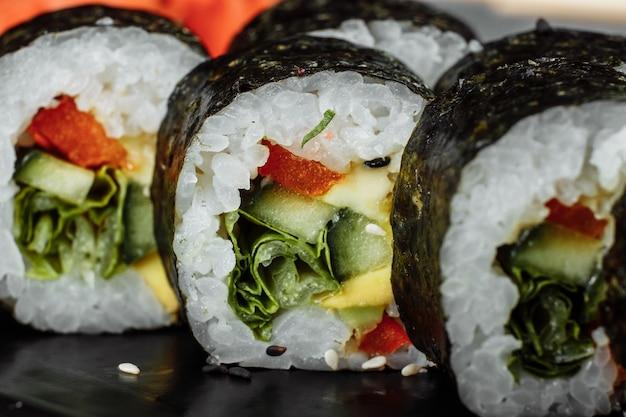 Вегетарианские маки суши - ролл из помидоров, огурцов, болгарского перца, листьев салата и японского майонеза.