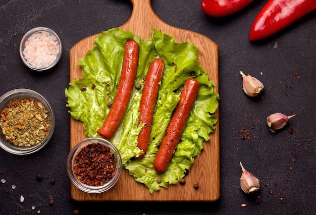 Вегетарианские мясные колбаски, запеченные со специями и вялеными помидорами