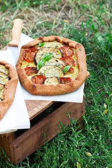 ベジタリアンパイと野菜とハーブのスツール