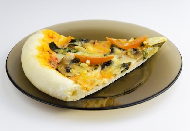 白い背景の上のベジタリアンピザ3
