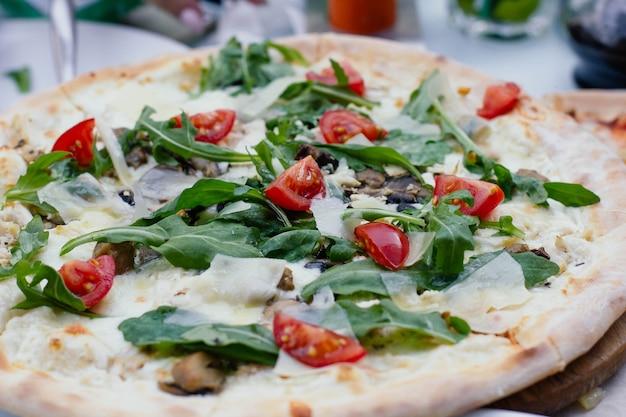 바질 토마토와 모짜렐라를 곁들인 채식 피자
