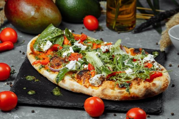 치즈 토마토와 채소를 곁들인 채식 피자