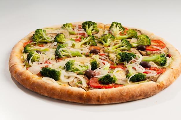 ベジタリアンピザ、トマトソース、ブロッコリー、トマト、ズッキーニ、ナス、オニオンリング付き。ブラジルのピザ。