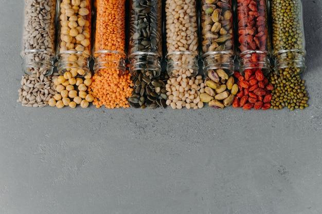 Вегетарианские продукты, полные белка, пролитые из стеклянных контейнеров