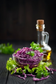 올리브 오일과 채식 붉은 양배추 샐러드, 건강한 다이어트의 개념