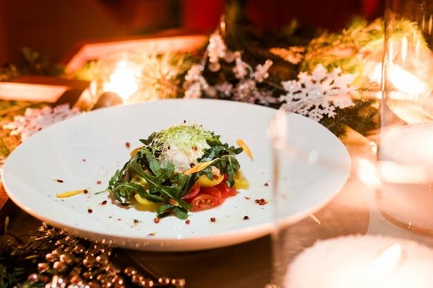 ベジタリアンサラダ。クリスマスホリデーディナー。レストランのお祭り料理のコンセプト