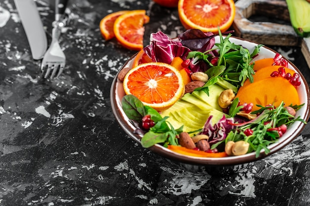 Вегетарианский салат. чистая концепция здорового питания. чаша будды с фруктами, овощами и семенами.