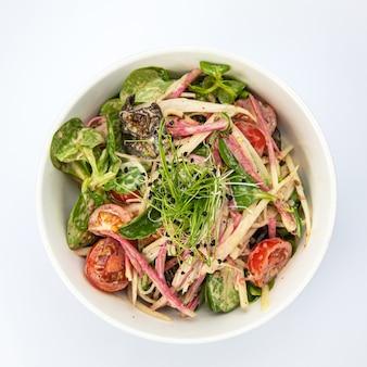 Вегетарианский салат на белом фоне изоляции