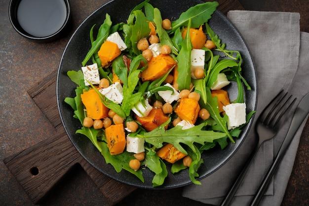 Arugula, 구운 호박, 허브 및 조미료, 죽은 태아의 치즈, 병아리 콩, 올리브 오일을 곁들인 채식 샐러드