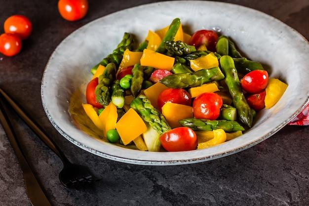 アスパラガス、トマト、ピーマンのベジタリアンサラダ