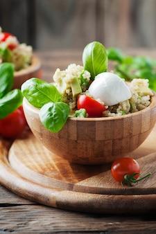 Вегетарианский салат с киноа, помидорами и авокадо