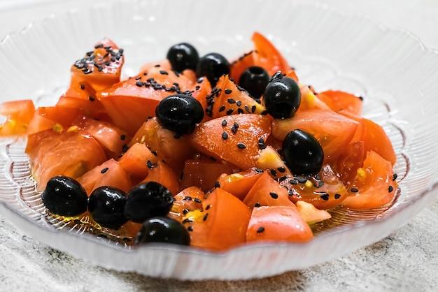トマト、オリーブ、黒ゴマのベジタリアンサラダ、健康食品。