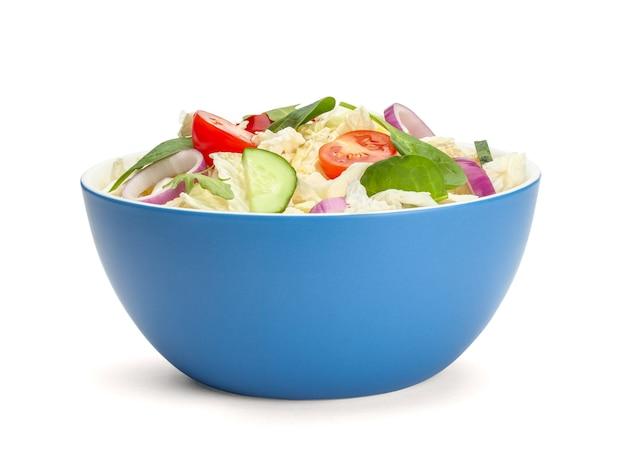 흰색 배경에 고립 된 접시에 야채와 함께 채식 샐러드.