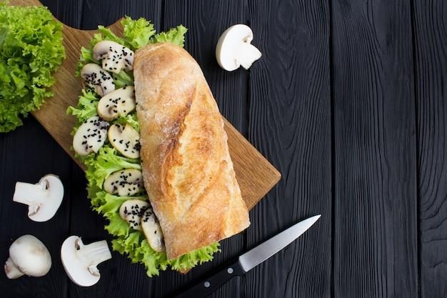 シャンピニオン、レタスの葉、黒ごまのベジタリアンサンドイッチ