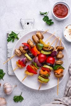 さまざまな野菜のグリルを使ったベジタリアン串。ビーガンバーベキューパーティーメニュー