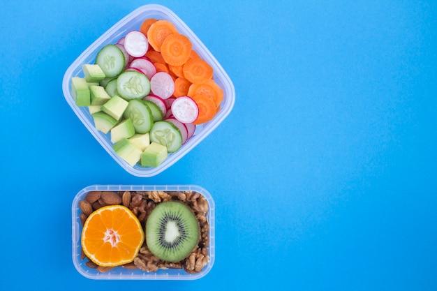 Вегетарианские закуски или обед в двух коробках на синем