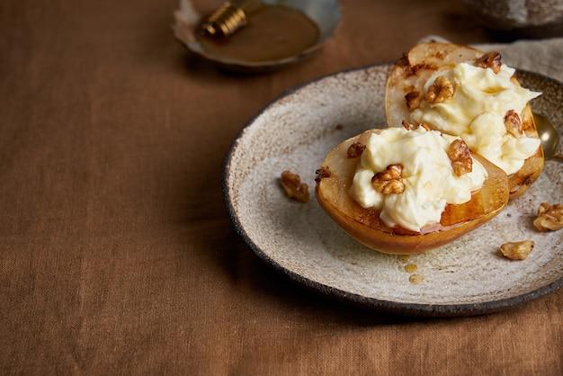 Вегетарианские сладкие запеченные груши со сливками и орехами и медом осенний десерт вкусное блюдо