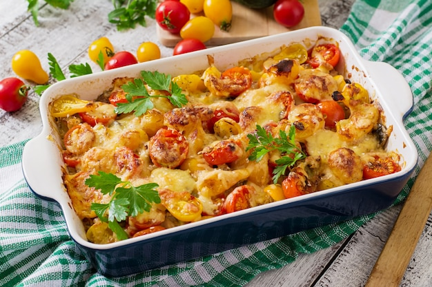 Casseruola di verdure vegetariana con zucchine, funghi e pomodorini