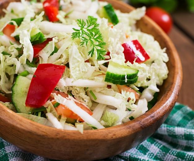 木製ボウルのベジタリアン野菜サラダ