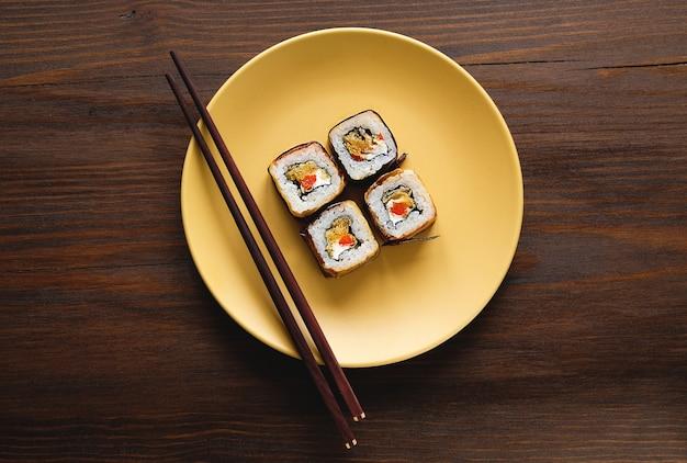 プレート上のベジタリアン野菜寿司