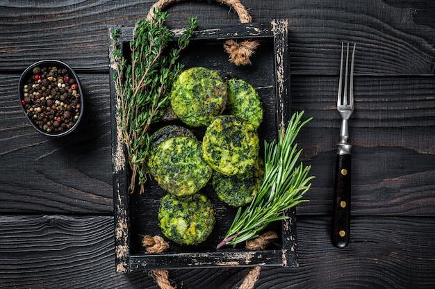 Вегетарианский вегетарианский овощной фалафель с зеленью на деревянном подносе