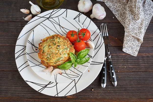 신선한 허브, 토마토, 마늘을 곁들인 채식 주키니 튀김