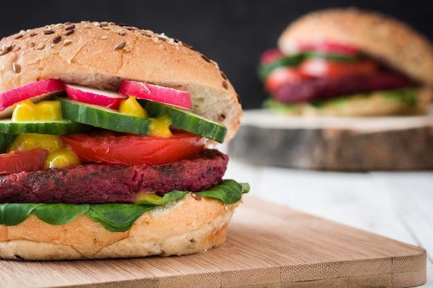 Вегетарианский бургер на белом деревянном столе