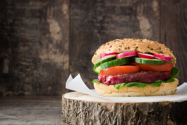 Veggie beet burger with lamb's lettuce, tomato, radish and cucumber