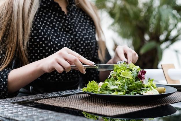 Овощной зеленый салат. образ жизни, питающийся органическими продуктами. полноценное питание для фитнеса