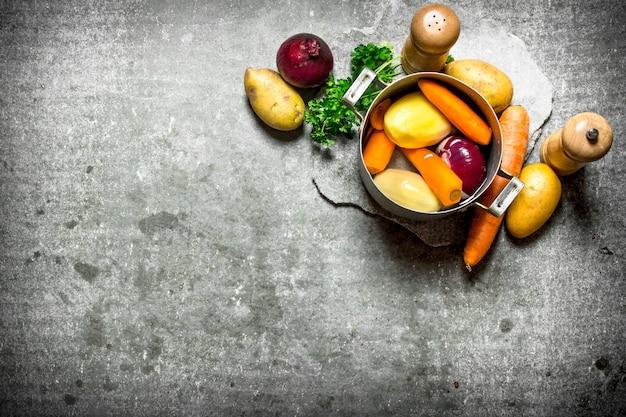 野菜とハーブの野菜スープ