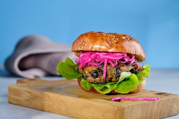 Вегетарианский вегетарианец портабелло черный боб бургер из нута