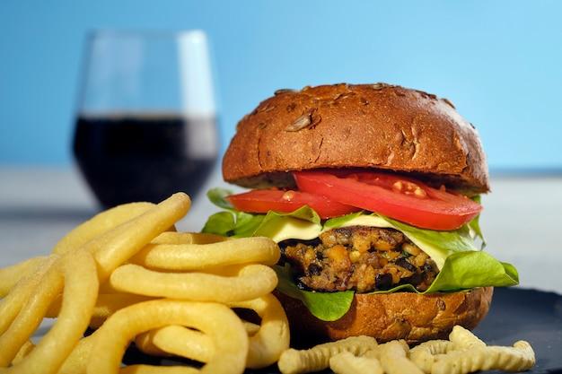 Вегетарианский вегетарианец портабелло черный боб бургер