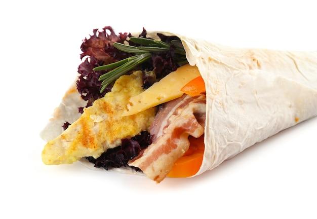 鶏肉と白で隔離される新鮮な野菜で満たされたベジ ラップ