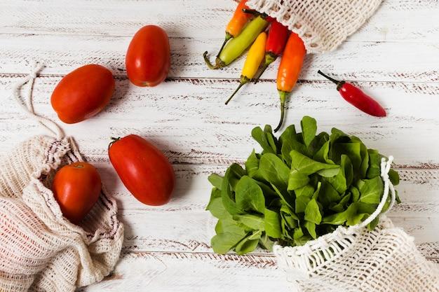 健康でリラックスした心のための野菜とトマト